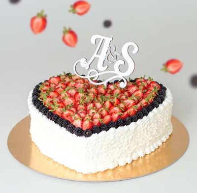 Торт с клубникой в форме сердца
