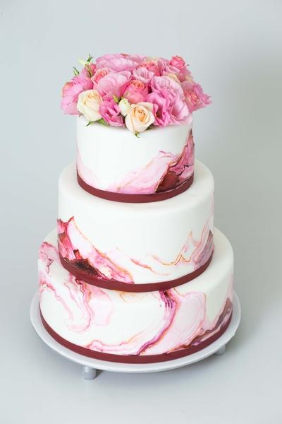 Tort pentru nunta cu trandafiri vii