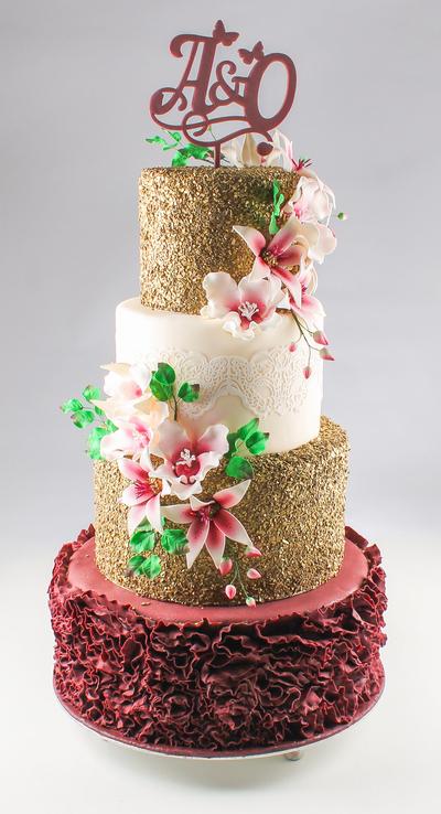 Tort de nuntă cu flori și topper