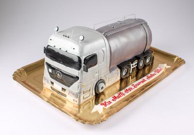 Tort în forma de camion cu cisterna