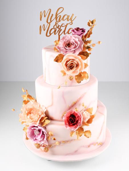 Tort de nunta cu flori și topper