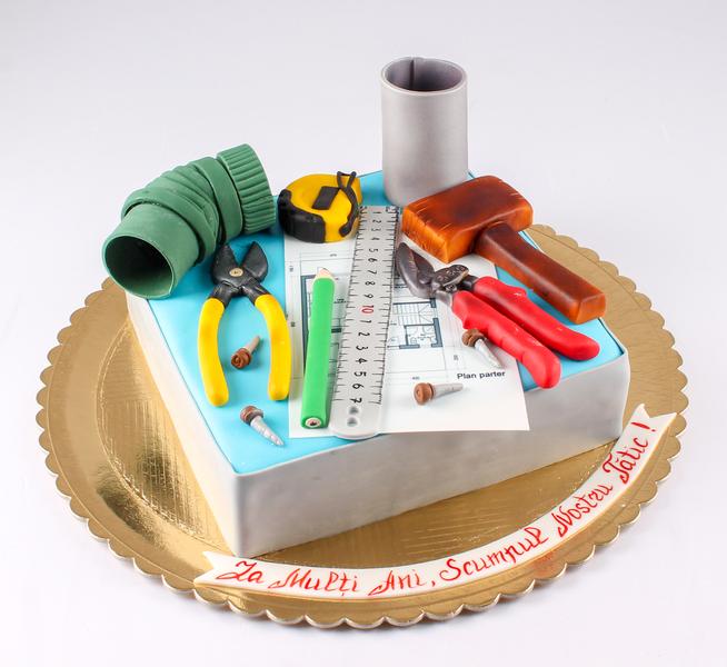 Tort cu instrumente de constructie
