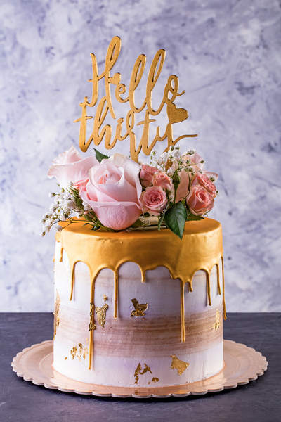 Tort cu flori vii și topper