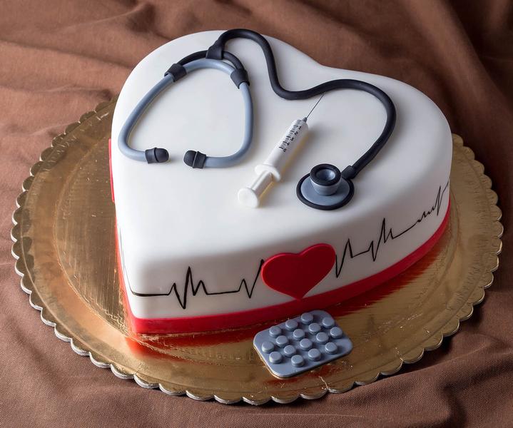 Tort pentru doctor in forma de inima